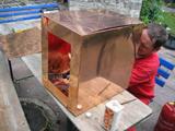 Die Dachentwässerung wird in Handarbeit wieder aufgebaut